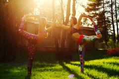 2 молодой женщины делая йогу outdoors Стоковое Изображение