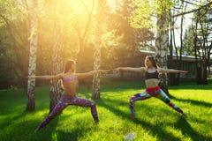 2 молодой женщины делая йогу outdoors Стоковые Фото