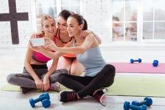 3 молодой женщины делая selfie после разминки Стоковые Изображения RF