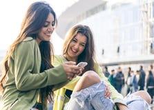 2 молодой женщины имея потеху в центре города Стоковые Фото