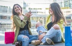 2 молодой женщины имея потеху в центре города Стоковое Фото