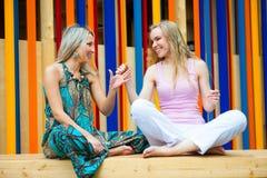 2 молодой женщины имея потеху Стоковое Изображение