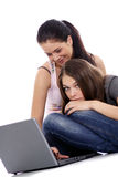 2 молодой женщины используя компьтер-книжку Стоковая Фотография