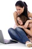 2 молодой женщины используя компьтер-книжку Стоковая Фотография RF