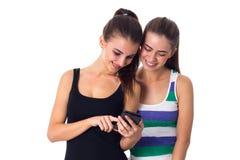 2 молодой женщины используя smartphone Стоковое Изображение