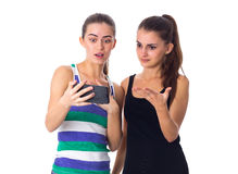 2 молодой женщины используя smartphone Стоковые Изображения RF