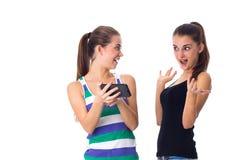 2 молодой женщины используя smartphone Стоковое фото RF