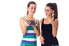 2 молодой женщины используя smartphone Стоковое Изображение RF