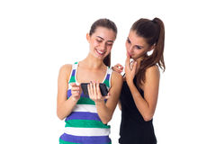 2 молодой женщины используя smartphone Стоковые Фото