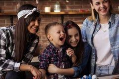 2 молодой женщины и 2 дет имеют потеху в кухне Стоковые Фотографии RF