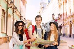 2 молодой женщины и парень вместе с картой города Стоковое Фото