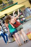 3 молодой женщины идут ходить по магазинам Стоковые Изображения