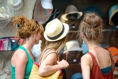 3 молодой женщины идут ходить по магазинам Стоковые Фотографии RF