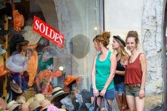3 молодой женщины идут ходить по магазинам Стоковое Фото