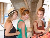 3 молодой женщины идут ходить по магазинам Стоковые Изображения RF