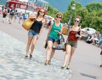 3 молодой женщины идут ходить по магазинам Стоковая Фотография