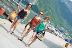 3 молодой женщины идут ходить по магазинам Стоковое фото RF