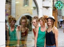 3 молодой женщины идут ходить по магазинам Стоковая Фотография RF