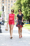 2 молодой женщины идя в город лета Стоковые Фотографии RF