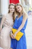 2 молодой женщины идя в улицу лета Стоковая Фотография RF