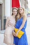 2 молодой женщины идя в улицу лета Стоковое фото RF