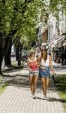 2 молодой женщины идя в улицу Стоковая Фотография RF