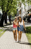 2 молодой женщины идя в улицу Стоковое фото RF