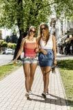 2 молодой женщины идя в улицу Стоковое Изображение RF