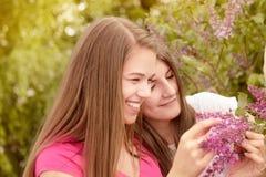 2 молодой женщины идя снаружи в парк Стоковые Изображения