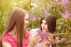2 молодой женщины идя снаружи в парк Стоковое Фото