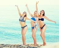 3 молодой женщины на песчаном пляже Стоковые Фото