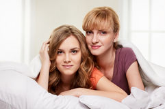 2 молодой женщины на спальне Стоковое фото RF