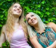 2 молодой женщины ослабляя Стоковое Изображение