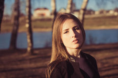 Молодой женщины портрет outdoors стоковое изображение