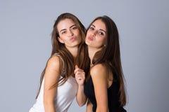 2 молодой женщины посылая поцелуи Стоковые Изображения RF