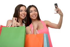 2 молодой женщины после ходить по магазинам с сумками используя Стоковые Фото