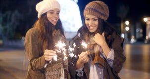 2 молодой женщины празднуя рождество Стоковое фото RF