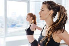 2 молодой женщины практикуя йогу в студии Стоковая Фотография