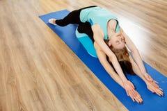 2 молодой женщины практикуя йогу Стоковые Изображения