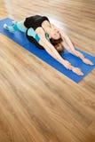 2 молодой женщины практикуя йогу Стоковые Фотографии RF