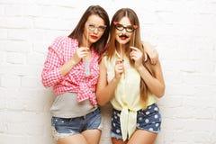 2 молодой женщины при стекла партии принимая selfie Стоковые Фотографии RF