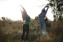 2 молодой женщины разрабатывая в саде Стоковое фото RF