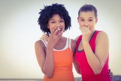 2 молодой женщины смеясь над к камере Стоковые Фотографии RF
