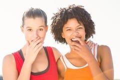 2 молодой женщины смеясь над к камере Стоковая Фотография