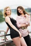 2 молодой женщины стоя на мосте Стоковые Изображения