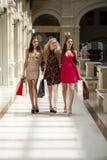 3 молодой женщины с некоторыми хозяйственными сумками в моле Стоковое Фото