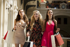 3 молодой женщины с некоторыми хозяйственными сумками в моле Стоковое Изображение RF