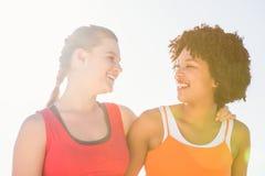2 молодой женщины усмехаясь на одине другого Стоковая Фотография RF