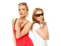 2 молодой женщины дуя поцелуи к камере Стоковая Фотография