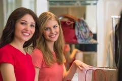 2 молодой женщины ходя по магазинам в моле Стоковые Фотографии RF